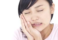 歯を痛がる女性のイメージ